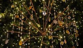 Primer de las decoraciones del árbol de abeto de la Navidad con los colgantes cristalinos preciosos y las flores color de rosa Foto de archivo libre de regalías
