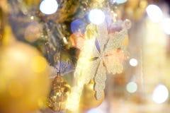 Primer de las decoraciones del árbol de navidad Fotos de archivo
