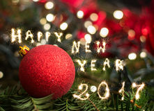 Primer de las decoraciones del árbol de navidad, Feliz Año Nuevo 2017 Fotos de archivo libres de regalías