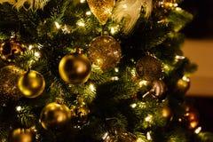 Primer de las decoraciones del Navidad-árbol Imagen de archivo