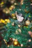 Primer de las decoraciones del Navidad-árbol Foto de archivo