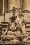 Primer de las esculturas que adornan en la puerta de la entrada del Petit Palais el día soleado en París Fotografía de archivo