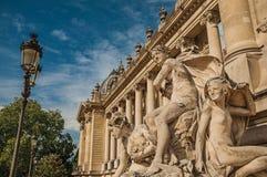 Primer de las esculturas que adornan la puerta de la entrada del Petit Palais el día soleado en París Imagen de archivo