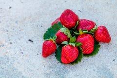 Primer de las fresas en un fondo blanco imagenes de archivo