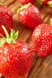 Primer de las fresas rojas frescas en la tabla de madera Fotografía de archivo