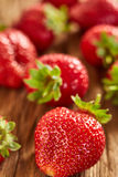 Primer de las fresas rojas frescas en la tabla de madera Imagen de archivo