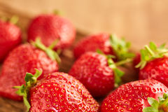 Primer de las fresas rojas frescas en la tabla de madera marrón Fotos de archivo libres de regalías