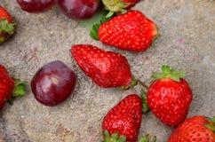 Primer de las fresas y de las bayas de la uva Imagen de archivo libre de regalías