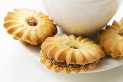 Primer de las galletas en un fondo de una taza de café fotografía de archivo libre de regalías