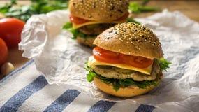 Primer de las hamburguesas hechas caseras Fotografía de archivo libre de regalías