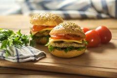 Primer de las hamburguesas hechas caseras Imagenes de archivo