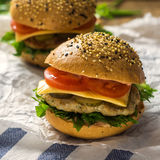 Primer de las hamburguesas hechas caseras cuadrado Foto de archivo