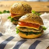 Primer de las hamburguesas hechas caseras cuadrado Imagenes de archivo
