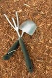 Primer de las herramientas de jardín en el pajote de la corteza Fotos de archivo libres de regalías