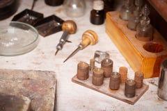 Primer de las herramientas del artesano en un fondo del taller Joyería que hace el equipo El hacer a mano accesorio Fotografía de archivo libre de regalías