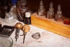 Primer de las herramientas del artesano en un fondo del taller Joyería que hace el equipo El hacer a mano accesorio Foto de archivo libre de regalías