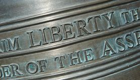 Primer de las letras en Liberty Bell-Horizontal Foto de archivo