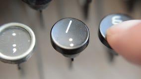 Primer de las letras en una máquina de escribir vieja metrajes