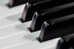 Primer de las llaves blancos y negros del piano Para las noticias de la música o el fondo conceptual imagenes de archivo