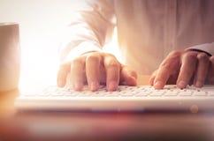 Primer de las manos del hombre que mecanografían en el teclado Imagenes de archivo