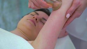 Primer de las manos del masajista usando las tazas del vacío en el hombro de la mujer para el masaje almacen de metraje de vídeo
