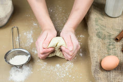 Primer de las manos del panadero de sexo femenino que amasan la pasta en panadería Fotos de archivo
