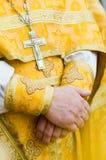Primer de las manos del sacerdote Fotografía de archivo libre de regalías