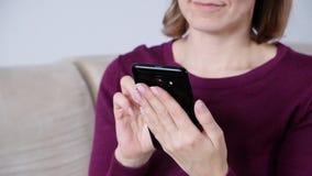 Primer de las manos de la mujer usando smartphone almacen de video