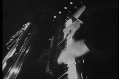 Primer de las manos que juegan el piano de diversos ángulos almacen de video
