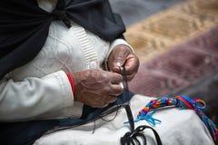 Primer de las manos una mujer indígena en Ecuador Imagen de archivo libre de regalías