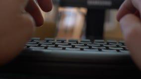 Primer de las manos de una mujer que mecanograf?an en un teclado del ordenador port?til 4k, primer, c?mara lenta, falta de defini almacen de metraje de vídeo