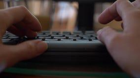 Primer de las manos de una mujer que mecanograf?an en un teclado del ordenador port?til 4k, primer, c?mara lenta, falta de defini almacen de video
