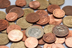 Primer de las monedas de los euros y de los centavos Foto de archivo libre de regalías