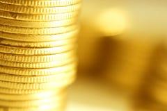 Primer de las monedas de oro fotografía de archivo libre de regalías