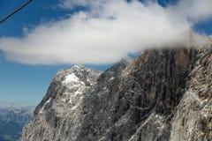 Primer de las montañas de Dachstein del austriaco con el cerco de las nubes Imágenes de archivo libres de regalías