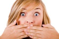 Primer de las mujeres jovenes que cubren su boca Imagen de archivo libre de regalías