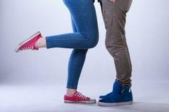 Primer de las piernas adolescentes de los pares Imagenes de archivo