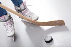Primer de las piernas del jugador de hockey Fotografía de archivo