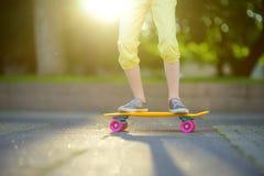Primer de las piernas del skater Monopatín del montar a caballo del niño al aire libre Fotos de archivo libres de regalías