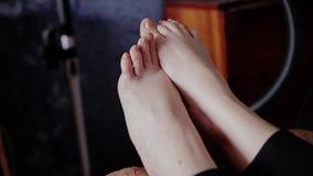 Primer de las piernas de la muchacha Ella menea sus yemas del dedo metrajes