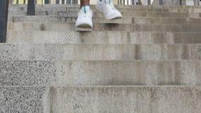 Primer de las piernas masculinas que entrenan en el calzado moderno del deporte, engranaje para ejercitar almacen de metraje de vídeo
