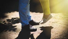 Primer de las piernas masculinas y femeninas Fotos de archivo libres de regalías