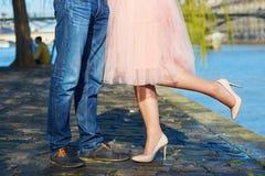 Primer de las piernas masculinas y femeninas durante una fecha Fotografía de archivo libre de regalías
