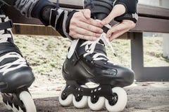 Primer de las piernas que llevan el zapato del patinaje sobre ruedas Imagen entonada Fotos de archivo libres de regalías
