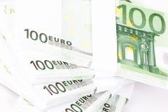 Primer de las pilas de 100 billetes de banco euro Foto de archivo libre de regalías