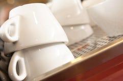Primer de las pilas de tazas blancas limpias del café express Imágenes de archivo libres de regalías