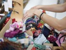 Primer de las pinzas de pelo, de los aros del pelo, de los pasadores y de las pulseras bonitos Mujeres que compran accesorios del Foto de archivo libre de regalías