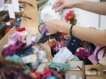 Primer de las pinzas de pelo, de los aros del pelo, de los pasadores y de las pulseras bonitos Mujeres que compran accesorios del Fotografía de archivo