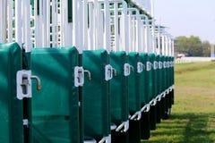 Primer de las puertas el comenzar de la carrera de caballos imagen de archivo