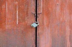 Primer de las puertas y de las puertas del garaje del hierro imágenes de archivo libres de regalías